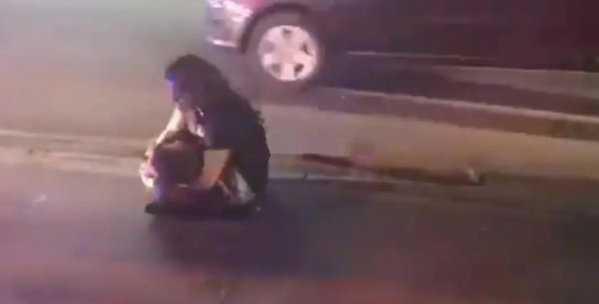 """Desgarrador: """"No me dejes sola"""", grita mujer mientras carga el cadáver de su hijo de tres años"""