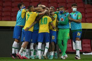 Brasil mantiene paso perfecto de cinco triunfos al vencer a Ecuador con polémica al final