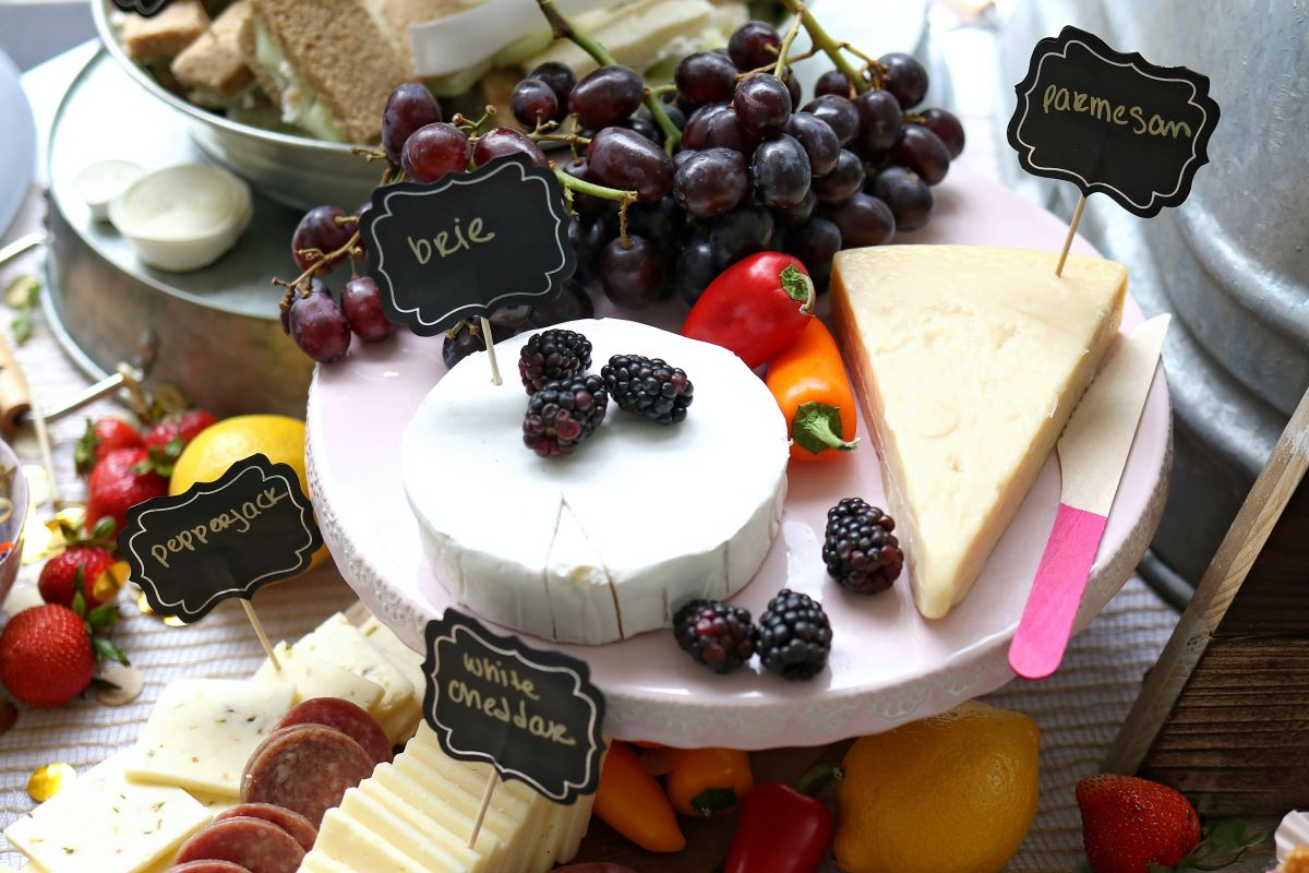 Integrar el consumo moderado de queso y productos lácteos en la dieta, disminuye el riesgo de sufrir enfermedades cardiovasculares.