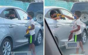 VIDEO: Conmueve niño que regala juguete a pequeño que limpiaba su auto