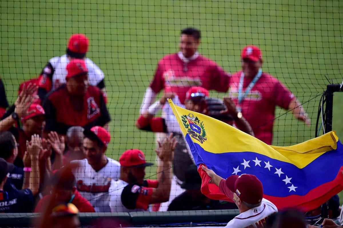 Video: lanzador venezolano fue expulsado tras hacer trampa ante Colombia en el Preolímpico de Béisbol