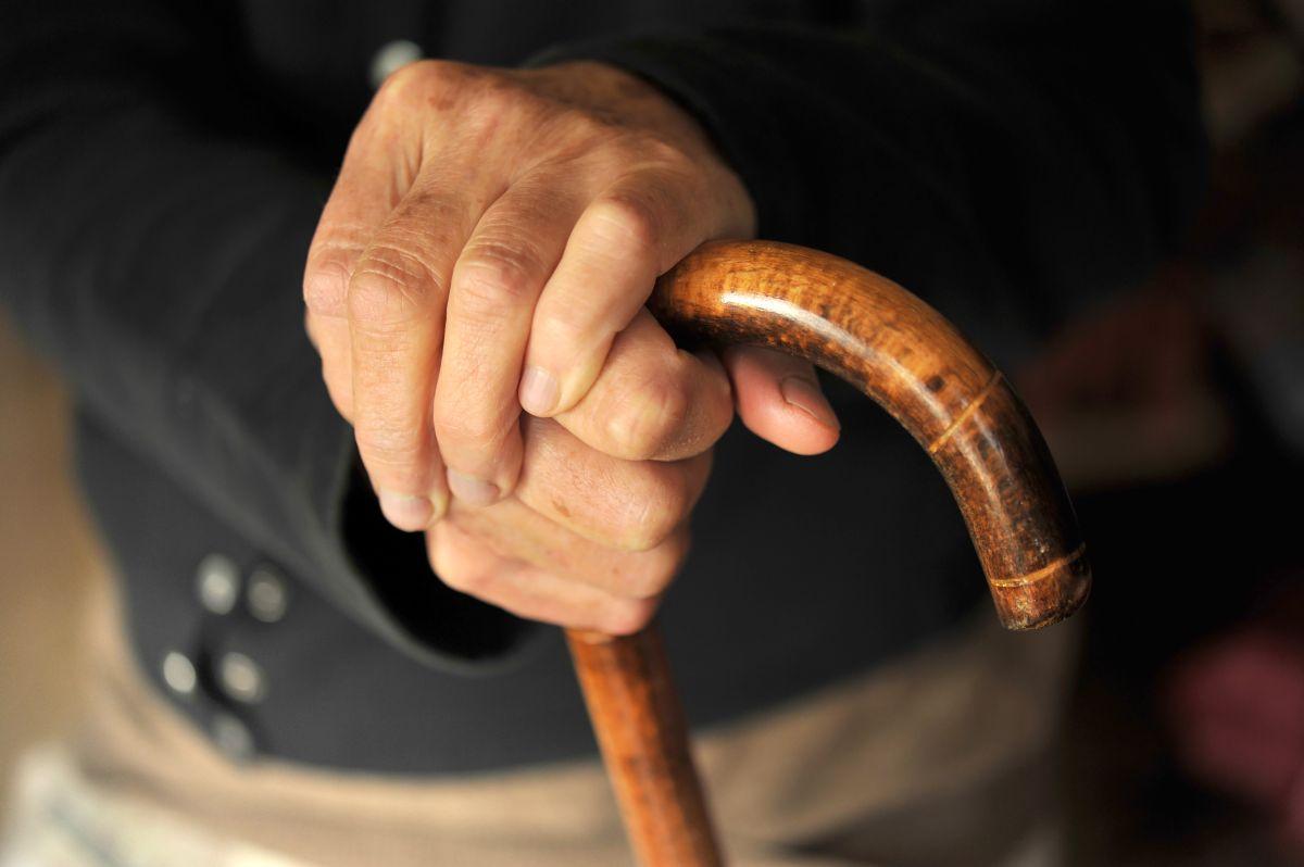 Familia adopta a anciano de 108 años que fue abandonado en las calles