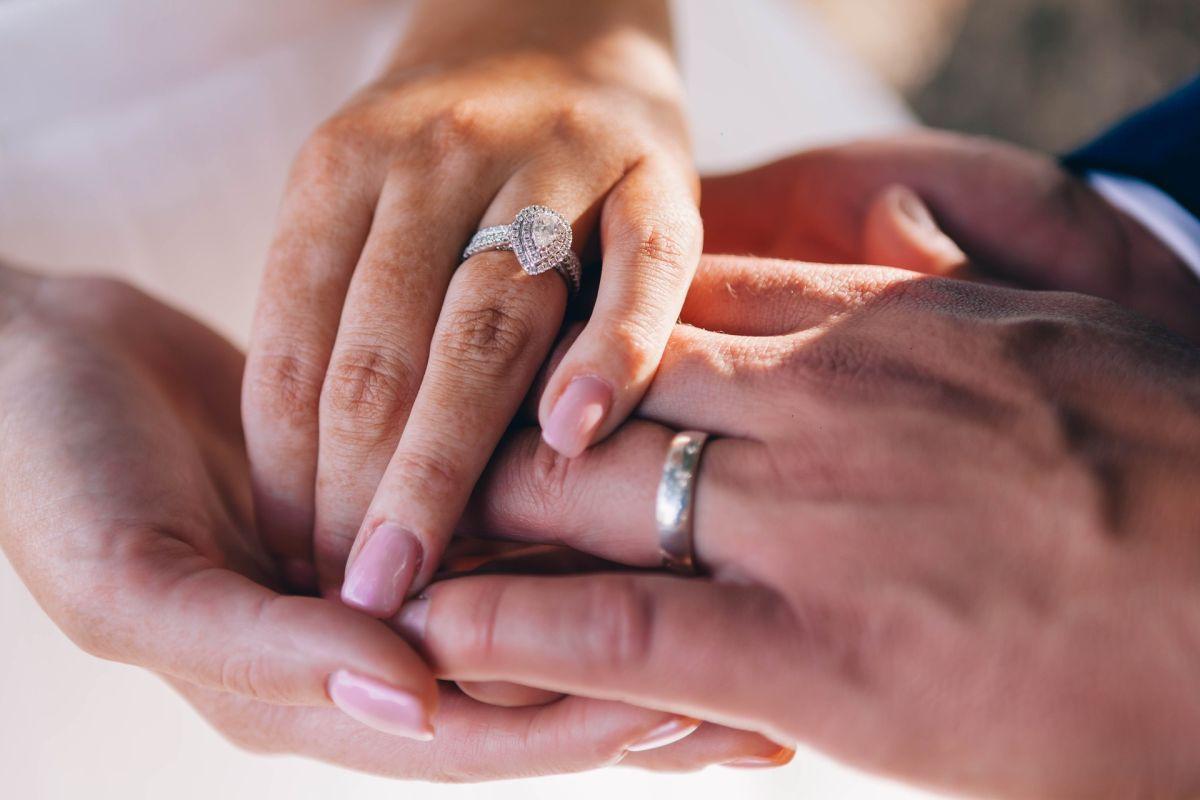Tiene Alzheimer y le pide matrimonio de nueva cuenta a su esposa pues no recuerda su boda