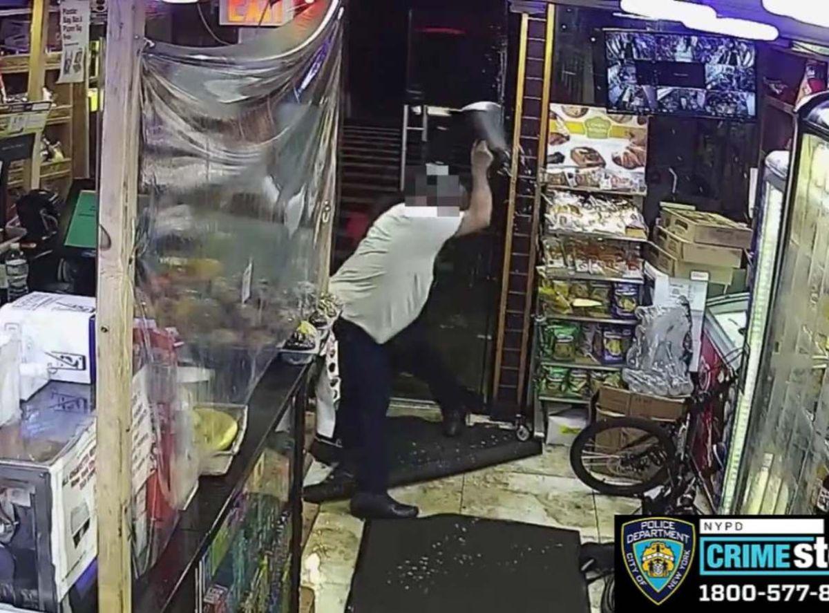 Trabajador anciano golpeado brutalmente por ladrones de cerveza en bodega de Nueva York