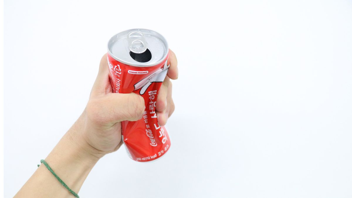 Durante una conferencia de prensa, Ronaldo ocultó unas botellas de Coca-Cola y levantó una botella de agua, sugiriendo que esta es una mejor bebida.