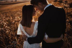 Pareja descubre tener extraña conexión justo el día de su boda