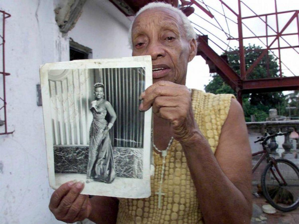 Su hermana Dolores con un retrato de los comienzos de Celia en Cuba.