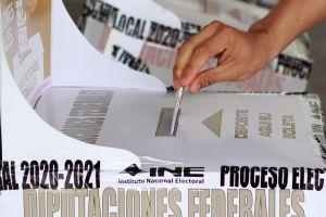 Elecciones en México: Anciano llega en camilla y con oxígeno a votar