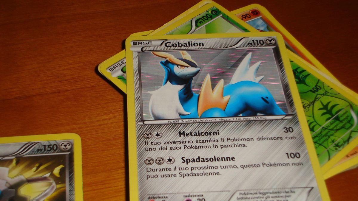 Niño de 8 años vende colección de tarjetas Pokémon para pagar por tratamiento de $700 dólares de su perro enfermo