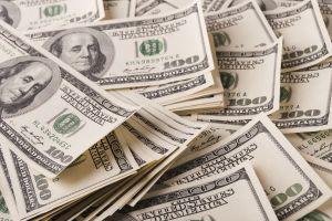 Niño encuentra $5,000 mientras lavaba el auto de su padre