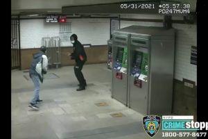 Video captó violenta pelea en estación de Harlem del Metro de Nueva York: hombre acuchillado en el cuello