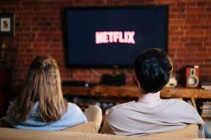 Menos sexo y más Netflix: Las parejas prefieren ver series que tener un encuentro pasional