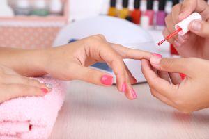 Niña con Síndrome de Down pinta uñas de forma gratuita a manera de terapia