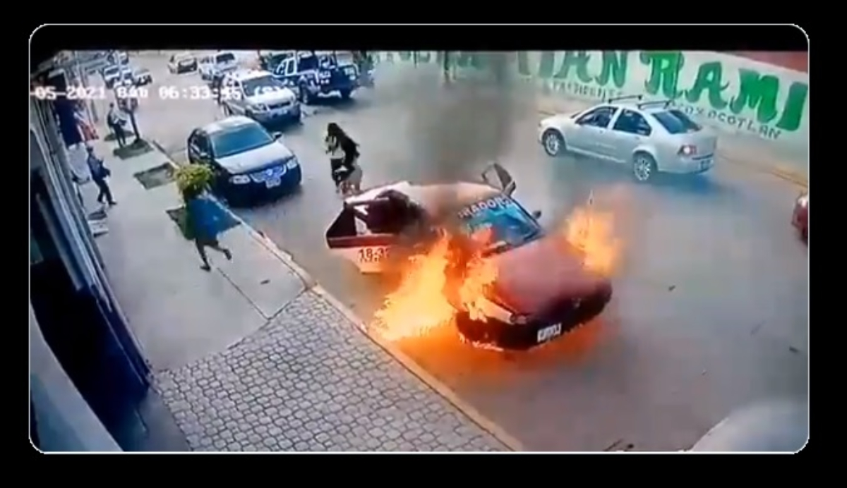 VIDEO: Se incendia taxi en Oaxaca, pasajeros logran escapar