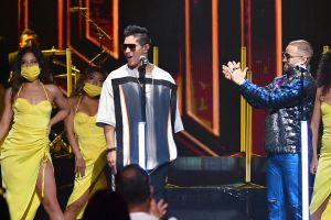 De pie: Chyno Miranada se convirtió en el mejor momento de 'Premios Juventud'