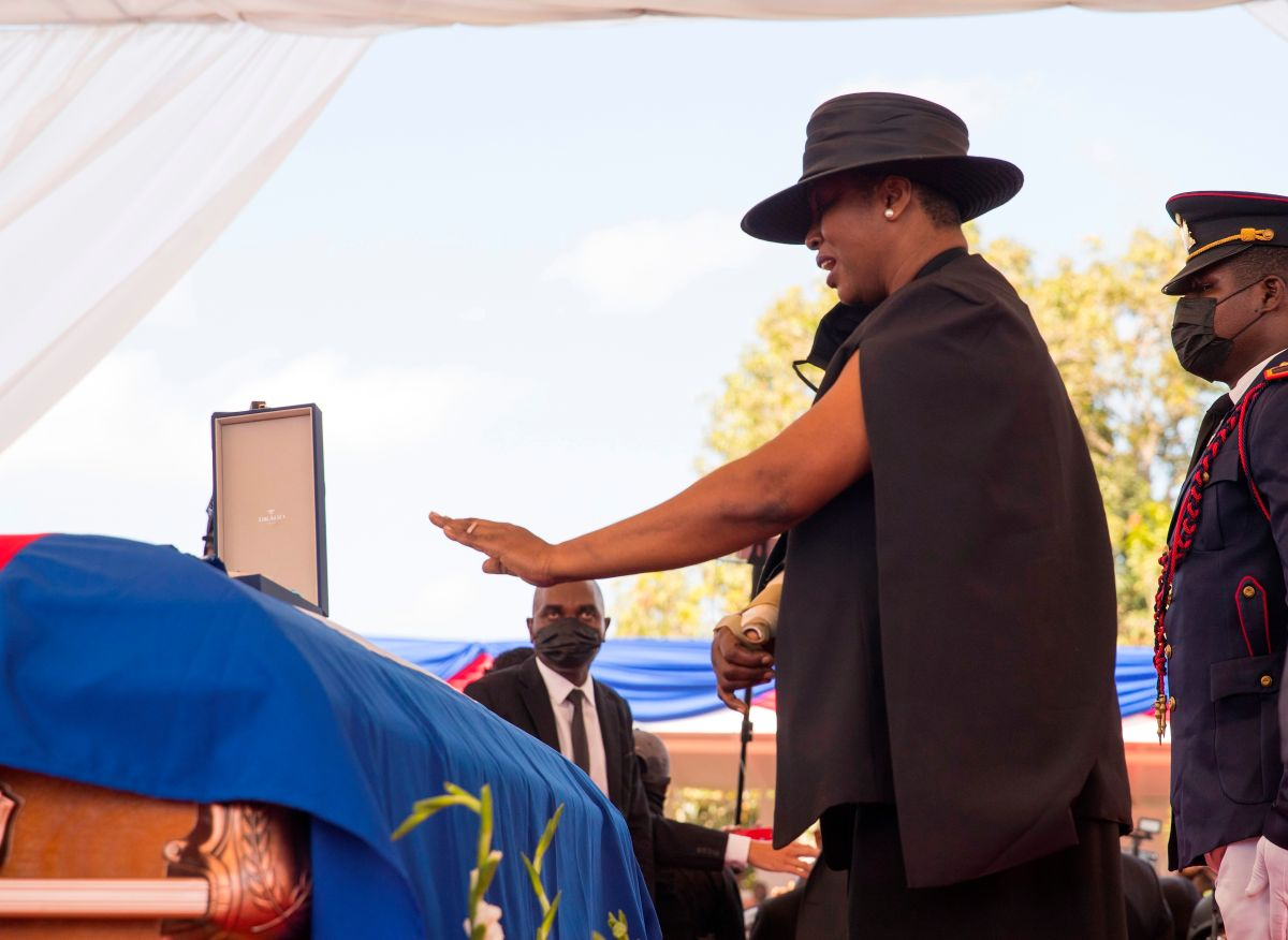 La primera dama de Haití, Martine Moise, se despide de su esposo, el presidente Jovenel Moïse.