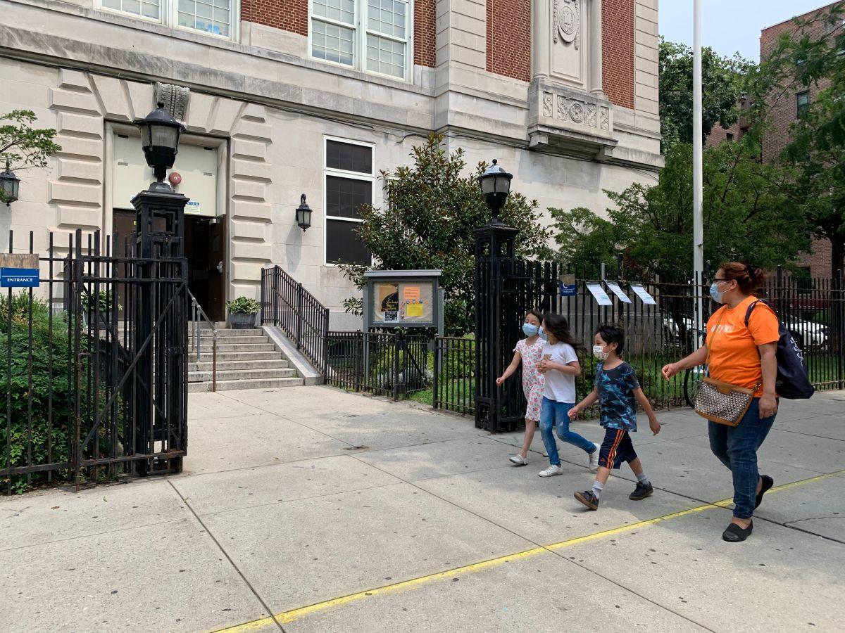 Anuncian $18 millones en fondos para 72 escuelas de Nueva York con clases sobrepobladas