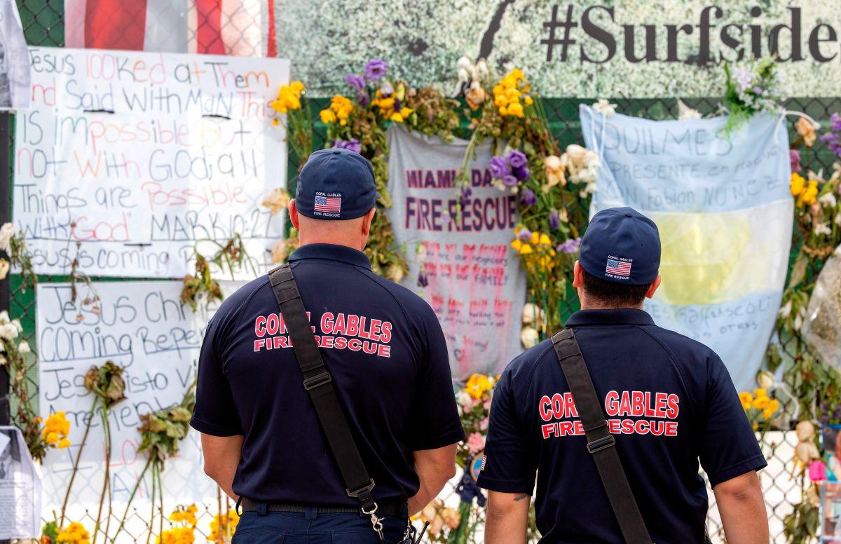 Un memorial en recordación de los muertos por el colapso de Champlain Towers South, en Surfside, Florida.
