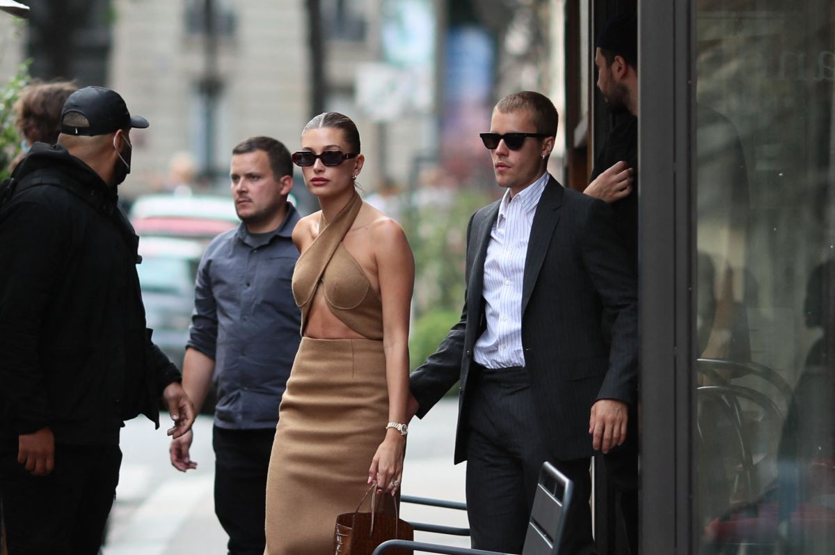 Justin Bieber junto a su esposa la modelo Hailey Bieber.