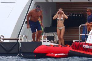Alex Rodriguez a bordo de un yate de lujo y coqueteando con mujeres.