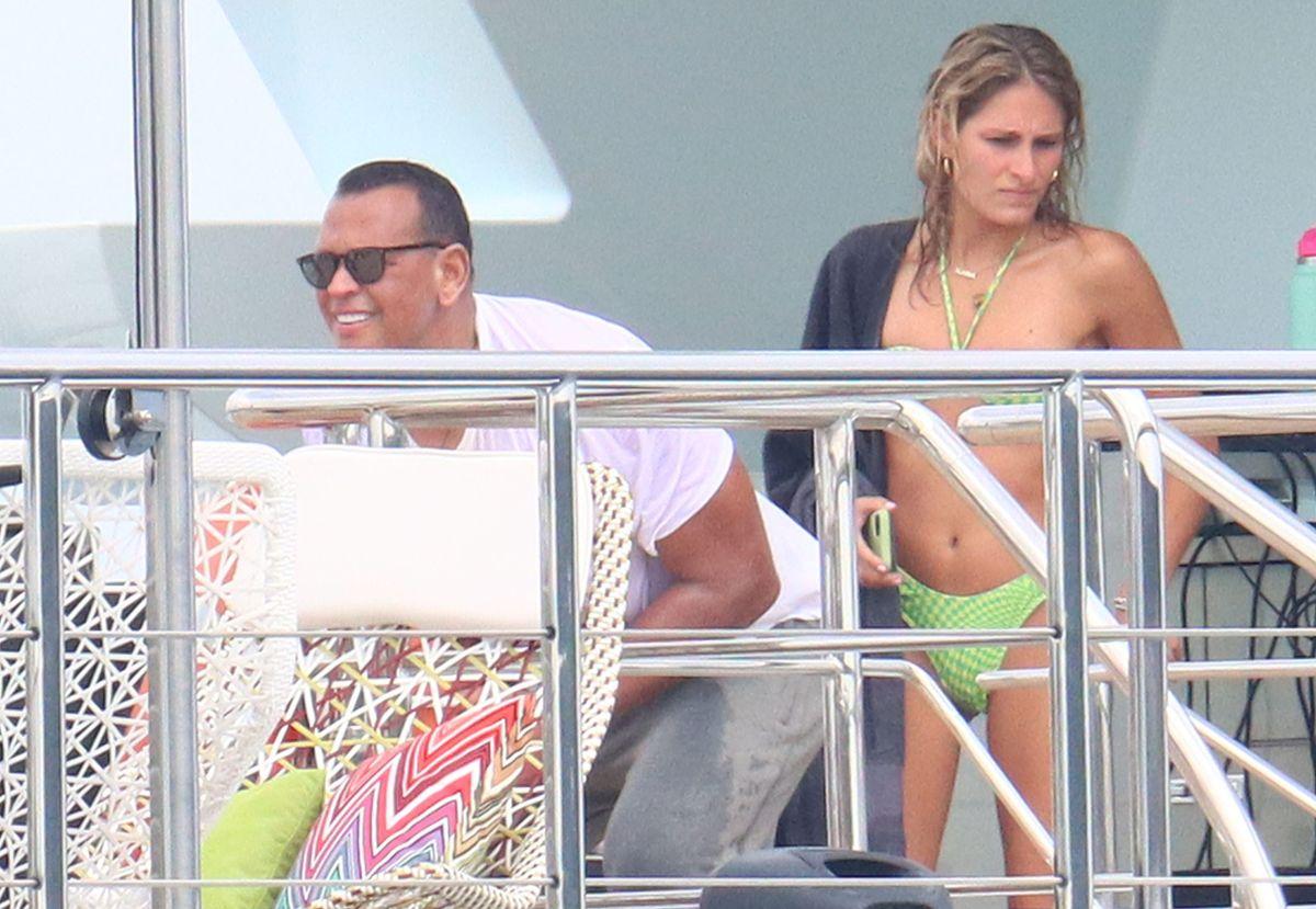 Alex Rodriguez coquetea con mujeres en un yate y los fans de Jennifer Lopez se alegran que lo haya dejado.
