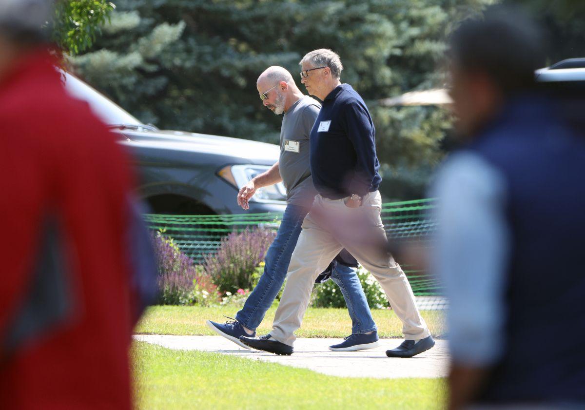 Bill Gates (derecha) caminando con el CEO de Chubb, Evan Greenberg (izquierda), en la conferencia Allen & Co. para las élites tecnológicas y de los medios. en Sun Valley, Idaho.