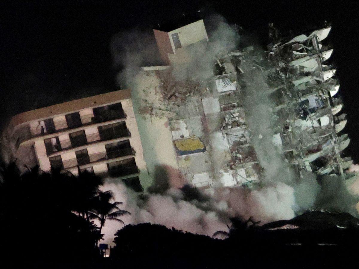Momento del desplome de la torre Sur que queda en pie.