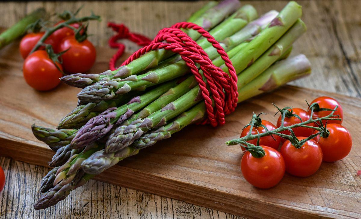 Los espárragos son bajos en calorías, ligeros e ideales para potenciar el adelgazamiento y la sana depuración del organismo.