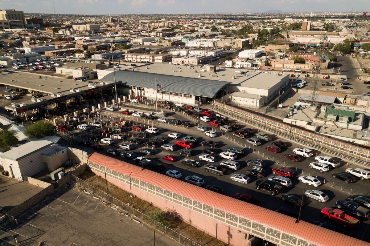 Alcaldes fronterizos cuestionan que personas pasen por vía aérea entre México y EE. UU. y que se mantengan restricciones terrestres.