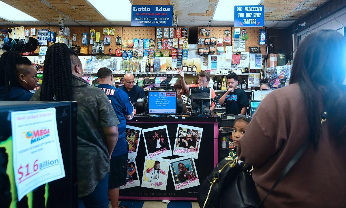 Californianos compran boletos de lotería en un establecimiento en Hawthorne, California.