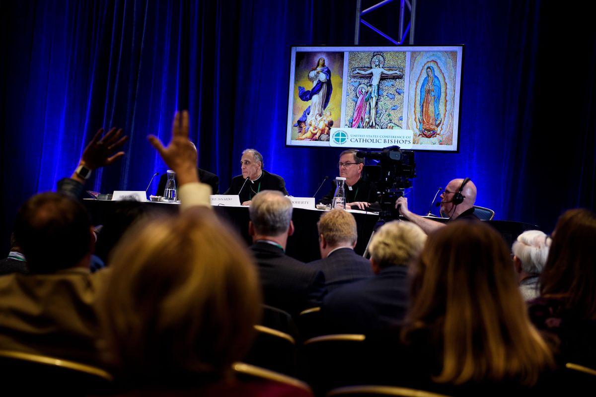 Secretario de conferencia de obispos de EE.UU. renuncia por visitar bares gay y usar app de citas Grindr