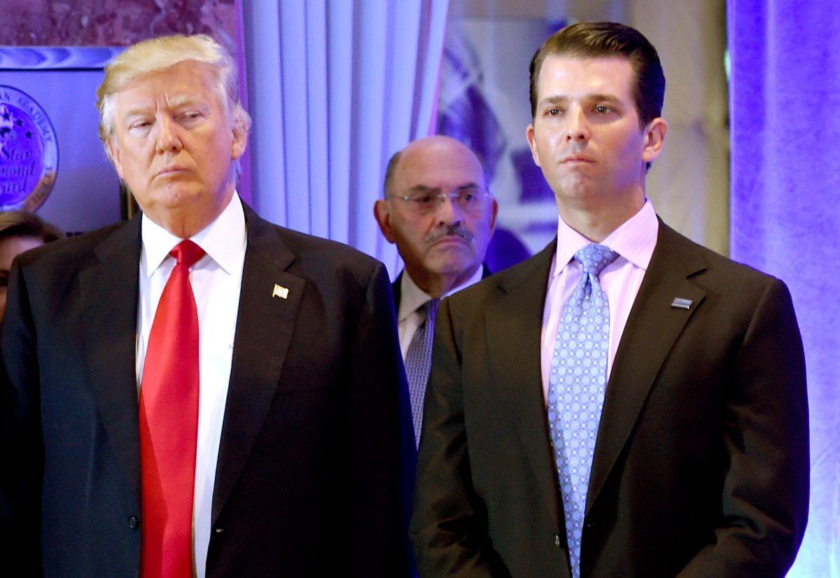 Allen Weisselberg (centro) trabajó 48 años en la Organización Trump.