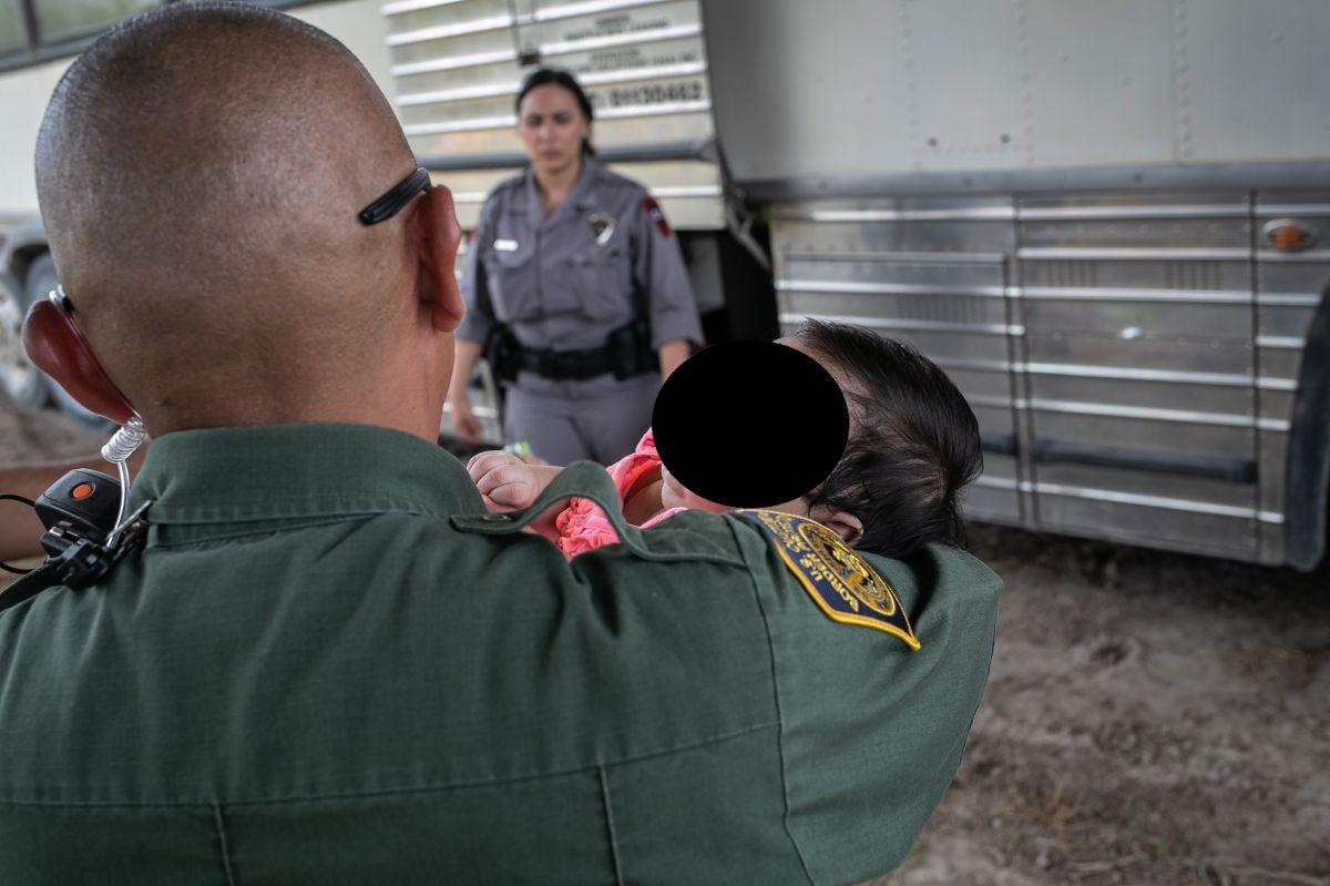 Organizaciones civiles exigen respuesta a 'La Migra' sobre bebés deportados.