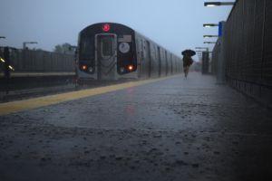 """VIDEOS: Tormentas inundan Subway de Nueva York y crean """"ríos y cascadas"""""""