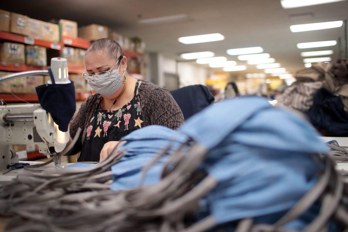 Una costurera confecciona mascarillas durante la pandemia de COVID-19.