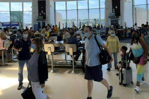 Continúan restricciones a pasajeros que viajan a EE.UU. debido a avance de variante Delta de coronavirus