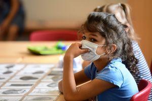CDC: Estudiantes y profesores vacunados en EE.UU. no tienen que usar mascarillas en escuelas