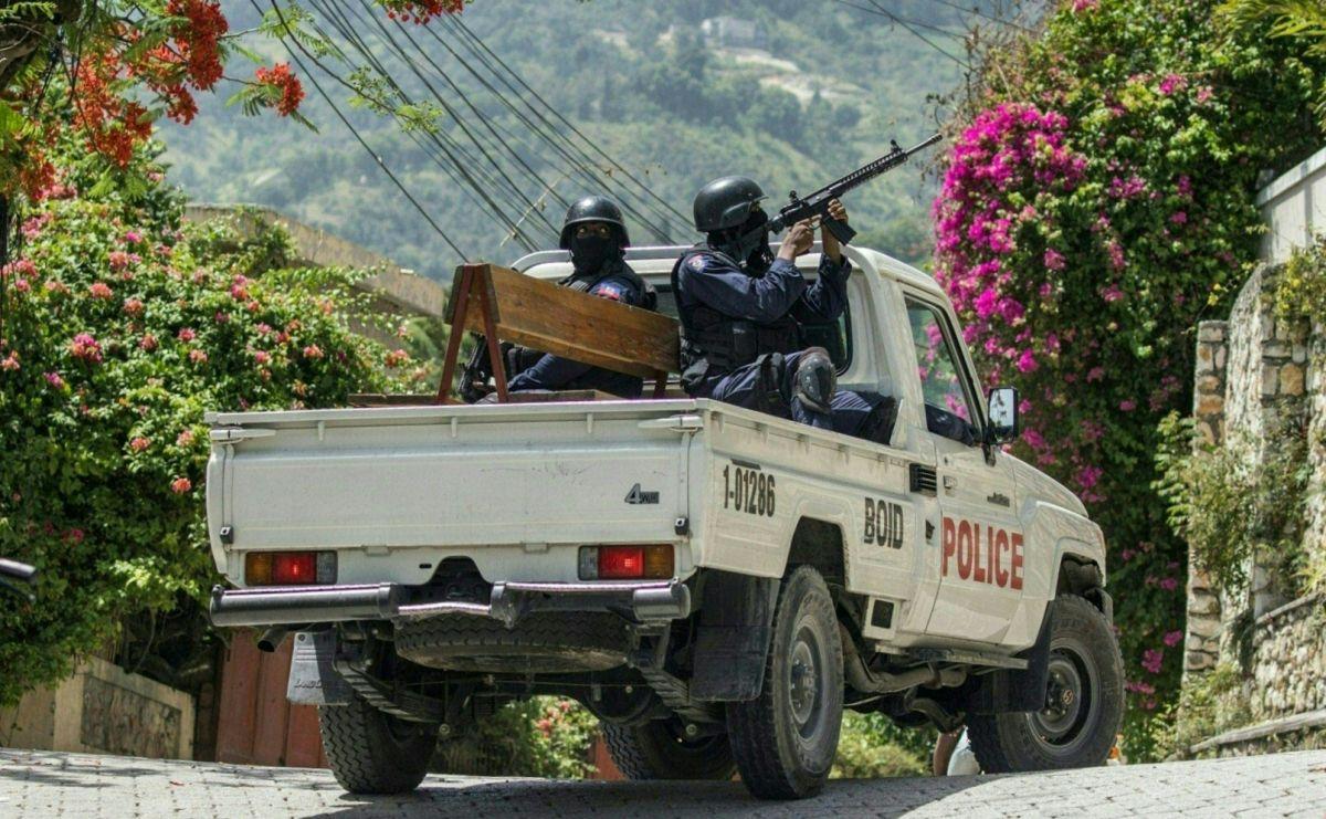 Agentes de la policía en Haití circulan por el exterior de la Embajada de Taiwán, donde algunos de los presuntos asesinos del presidente se escondieron.