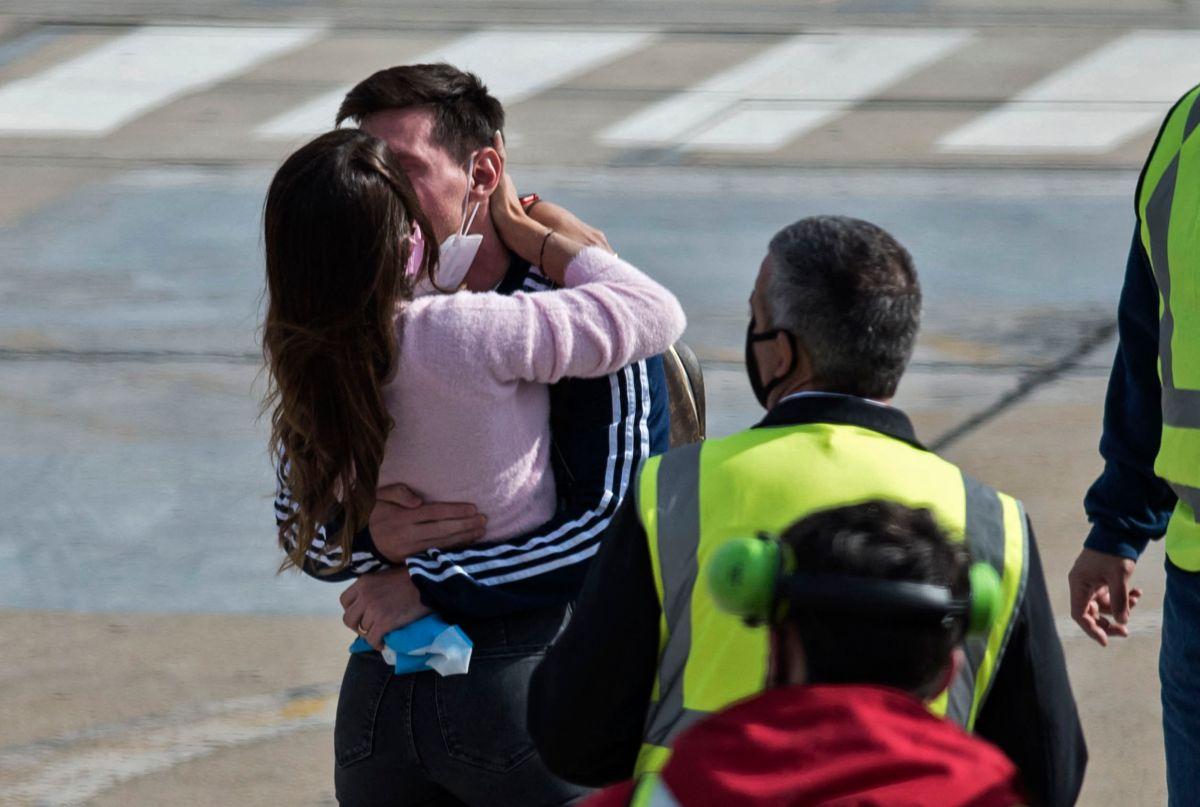 Antonela Roccuzzo recibe a Messi con un beso a su llegada a Argentina tras la Copa América.