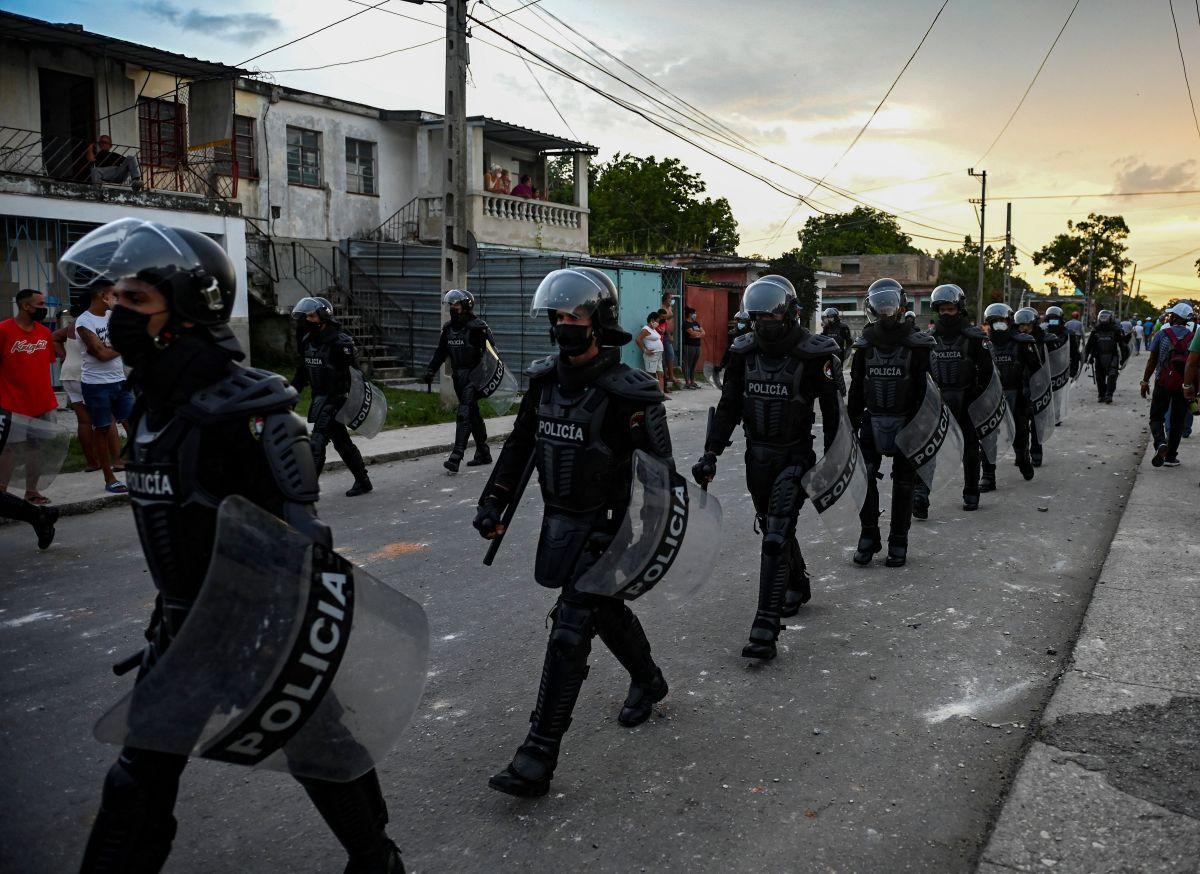 La policía de Cuba con fuerte presencia en las calles.