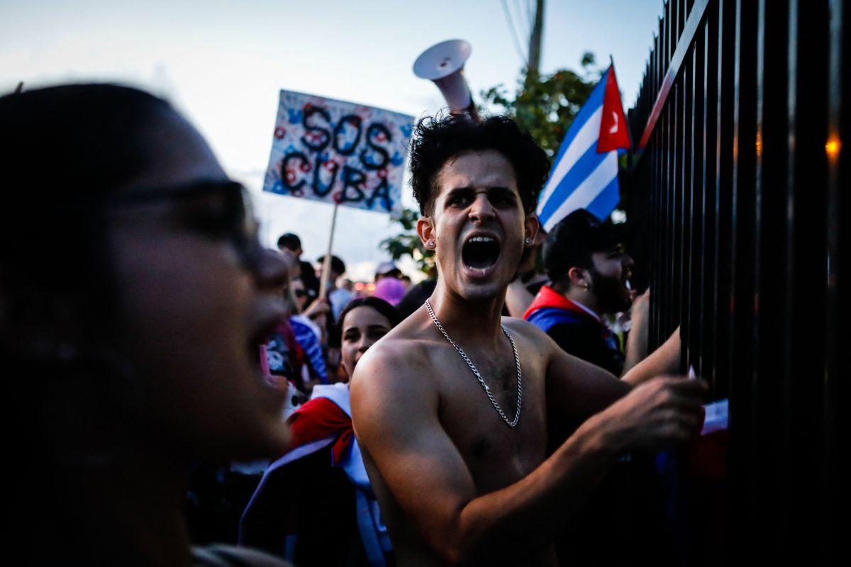 Cubanos en Hialeah, Florida, se manifiestan contra el Gobierno de la isla caribeña.