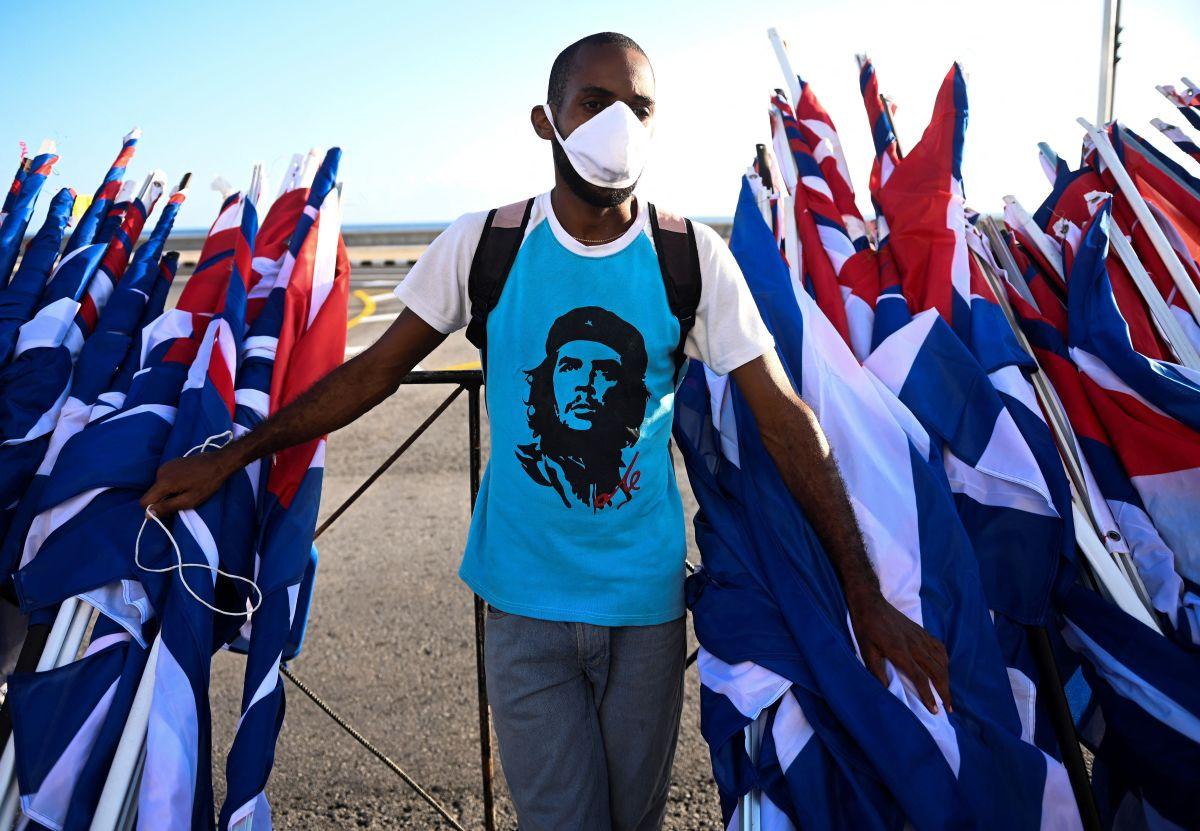 """Un vendedor de banderas cubanas en la isla caribeña viste una camiseta con la imagen del líder revolucionario argentino Ernesto """"Che"""" Guevara."""