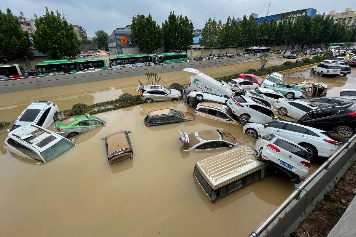 Inundaciones en China invaden los trenes y dejan a decenas atrapados con el agua hasta el cuello