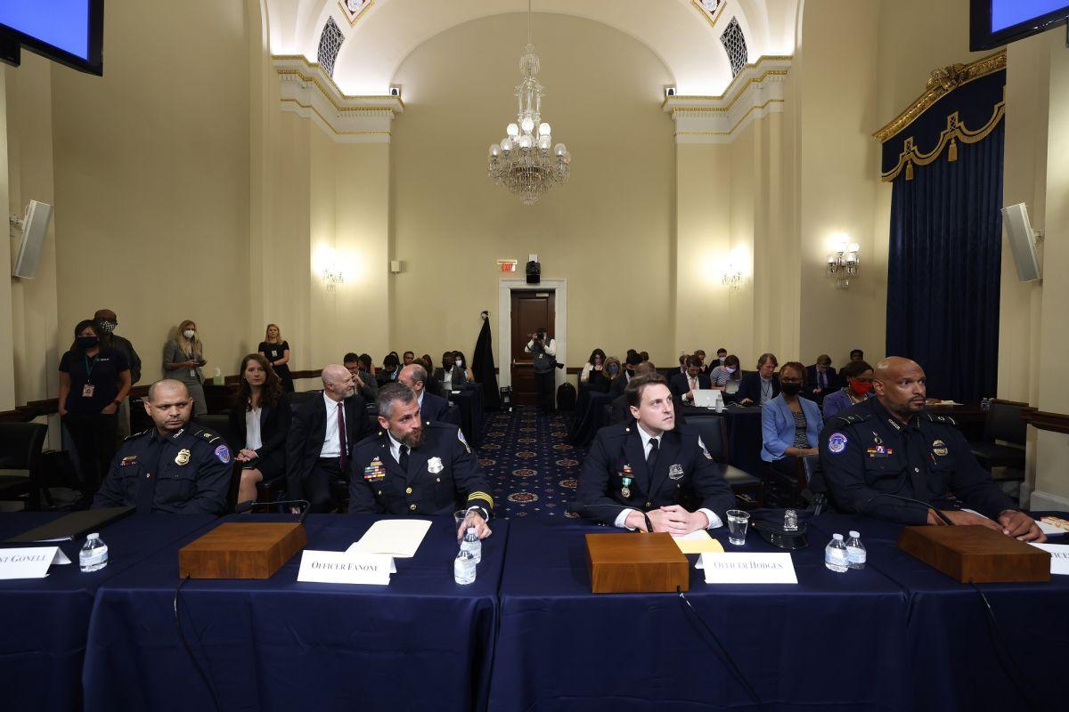 Agentes policiacos narran los momentos que vivieron durante el ataque al Capitolio.