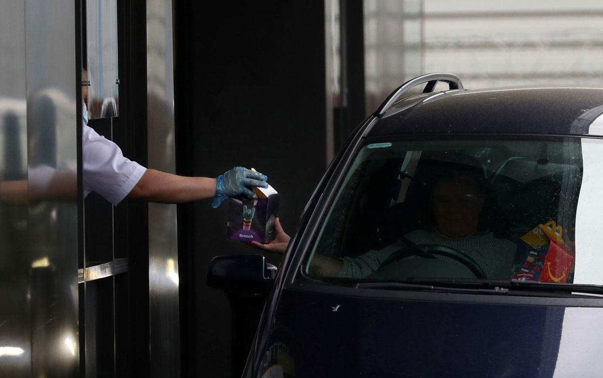 """El empleado entregaba una orden por la ventana """"drive-thru"""" cuando la droga cayó del bolsillo de su camisa."""