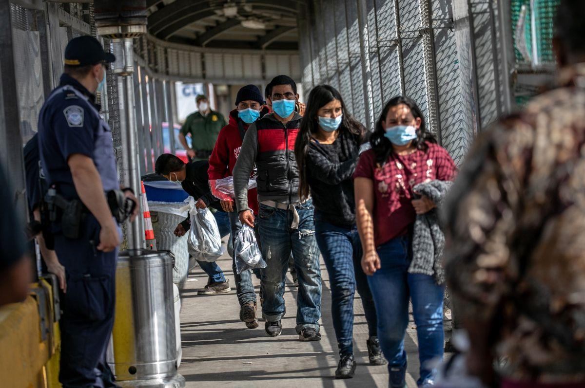 Miles de inmigrantes son expulsados cada semana a sus países de origen.