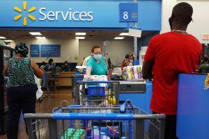 Hispana demanda a Walmart por $1 millón porque empleado la golpeó con puertas giratorias