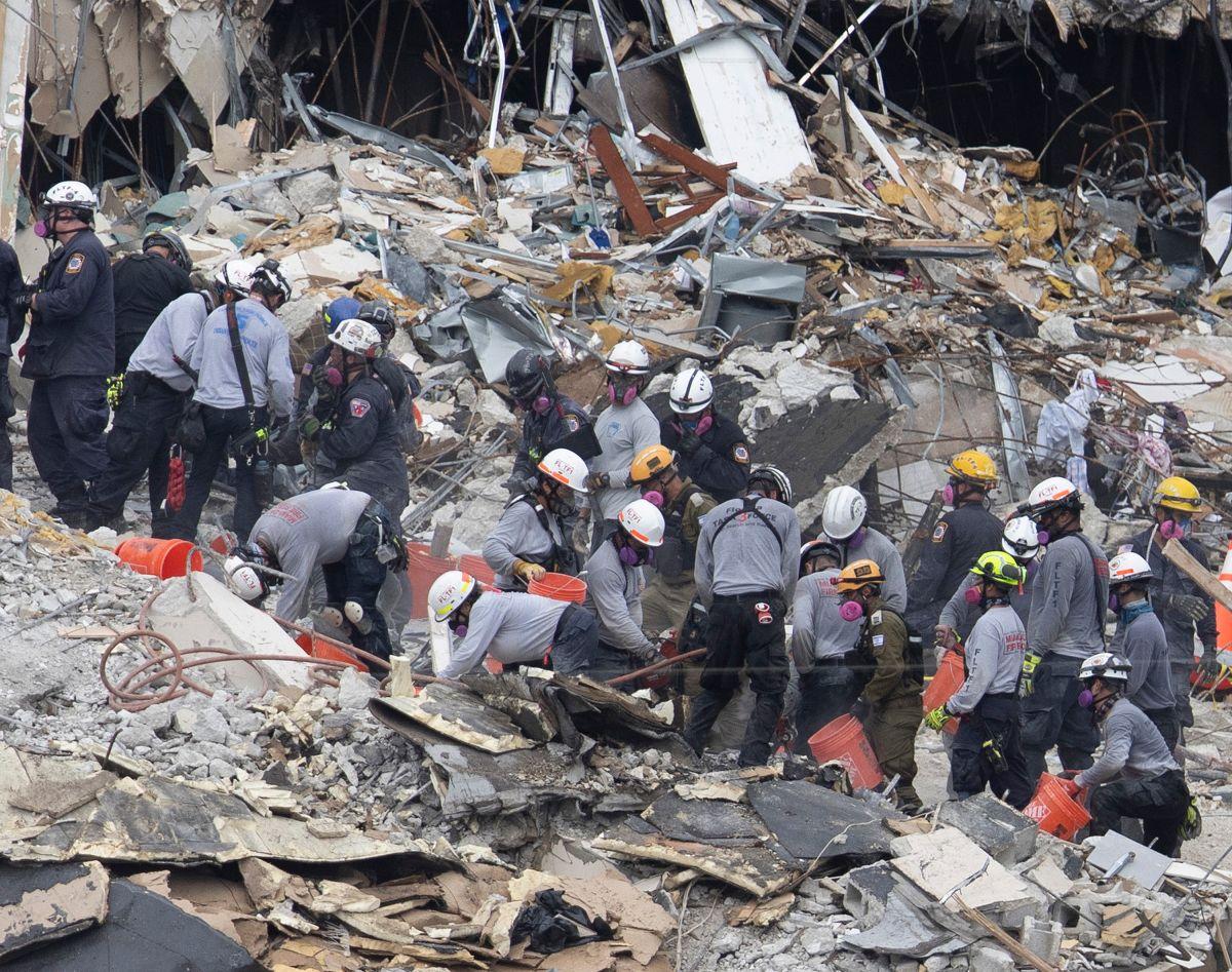 Los rescatistas buscan a los desaparecidos en Champlain Towers South.