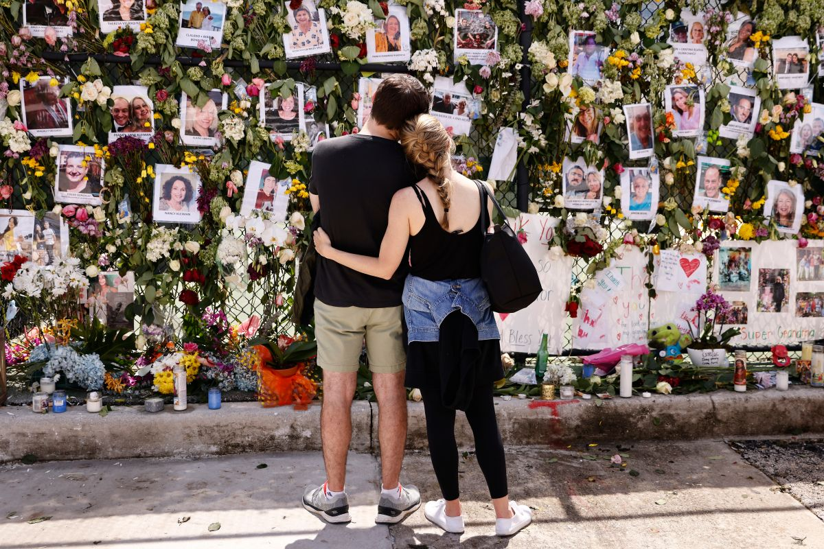 El monumento que tiene fotos de algunos de los desaparecidos del condominio Champlain Towers South.