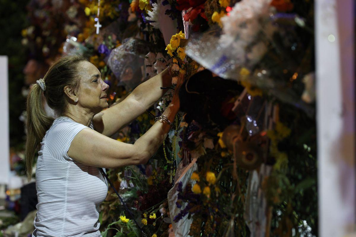 Los dolientes se reúnen en el sitio conmemorativo de las víctimas del colapso de Champlain Towers South.